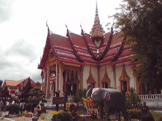 วัดไชยธาราราม (วัดฉลอง): 寺院の本堂。