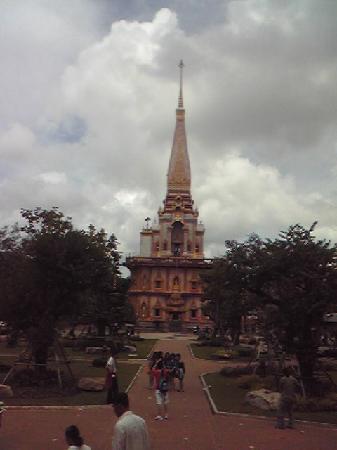 วัดไชยธาราราม (วัดฉลอง): 寺院横にそびえるストゥーパ(仏舎利搭)。