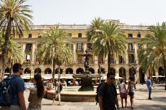 Placa Reial: ビルの谷間にあり、中庭の様です