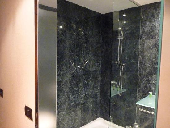 AC Hotel Leon San Antonio: Amplio plato de ducha