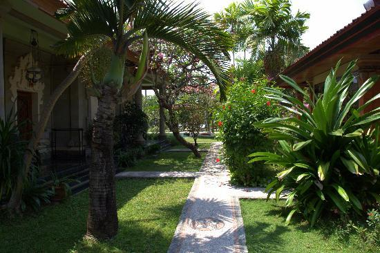 Sukun Bali Cottages: Path to our room