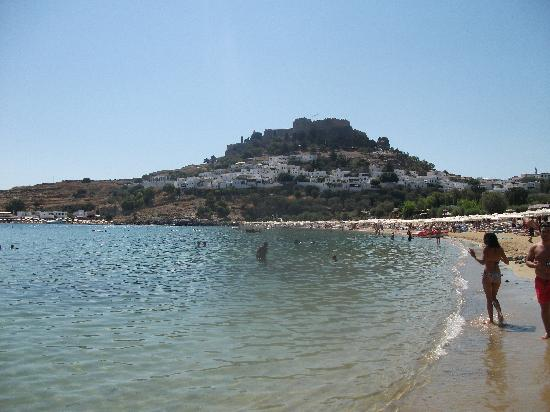 Hotel Lindos View: View from the beach to the acropolis