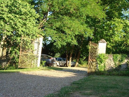 La Cadoise: entrance to the house and garden, parking zone