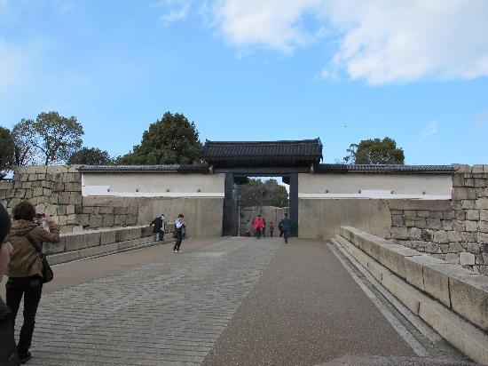 ปราสาทโอซาก้า: Entrance to castle