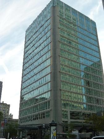 Sofitel Montreal Golden Mile: Hotel depuis la rue