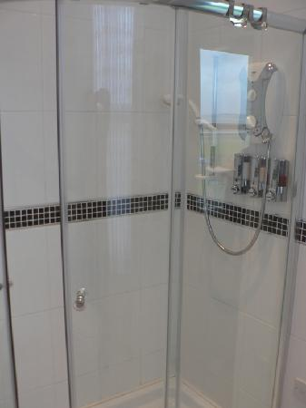 Min-y-Don Guest House: shower