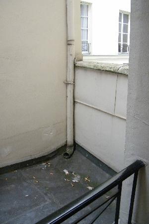 โฮเต็ล นอร์ เอ ชองปาญ: roof and cigarette butts