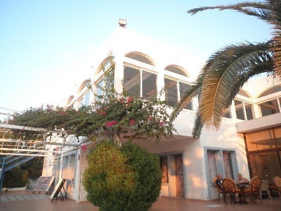 Belair Beach Hotel: Front of hotel