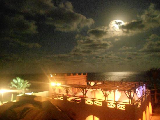 Safira Palms Hotel & Spa : bar de la plage au soir vue de la chambre
