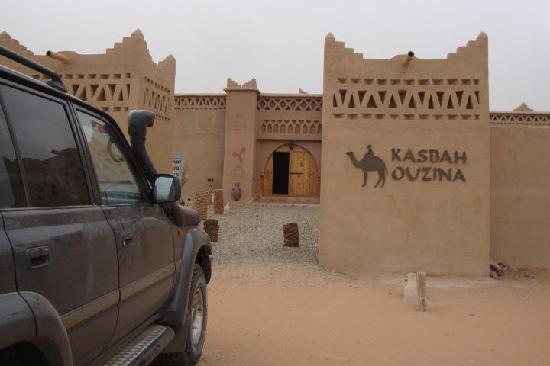 El todo terreno en la entrada de Kasbah Ouzina.