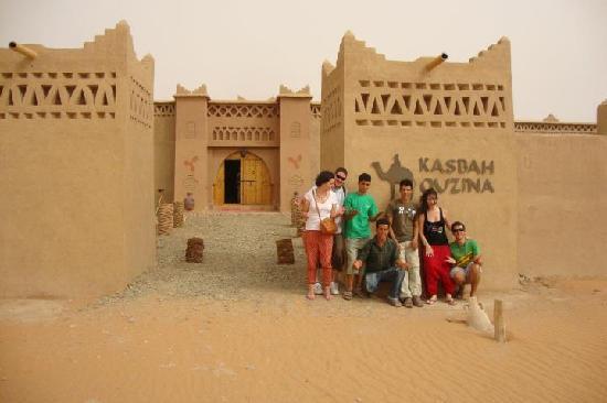 Kasbah Ouzina: los que viajabamos, con algunos de los chicos de la Kasbah