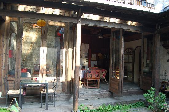 Pig's Inn: Dining area and courtyard.