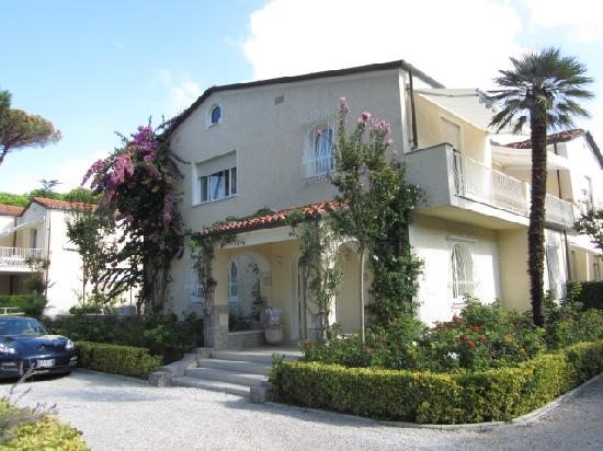 Villa Roma Imperiale: The front of the hotel - Italian luxury!