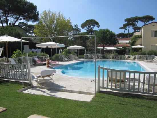 Villa Roma Imperiale: View of the pool and back of hotel - bliss!