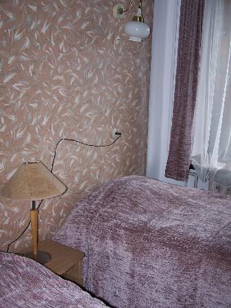 Hotel Metropolis: fil électrique en guise de tête de lit
