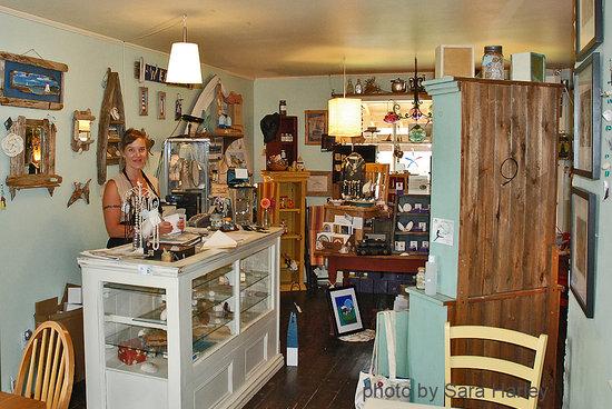 The Tourist Trap Shoppe Cafe Guest House: Local Art Shop
