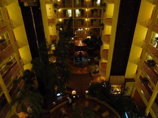Embassy Suites by Hilton Denver Stapleton: Der Innenhof