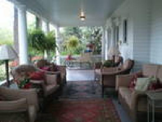 Abbington Green Bed & Breakfast Inn and Spa: Comfy Front Porch