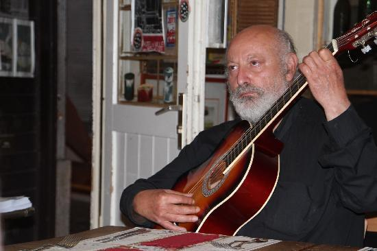 RESTOBIERES: le guitariste