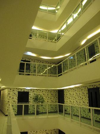 โรงแรมอมารี โนวา สวีท: Corridor on my floor