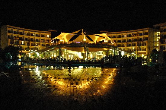 Paloma Pasha Resort: The main restaurant and bar area at night