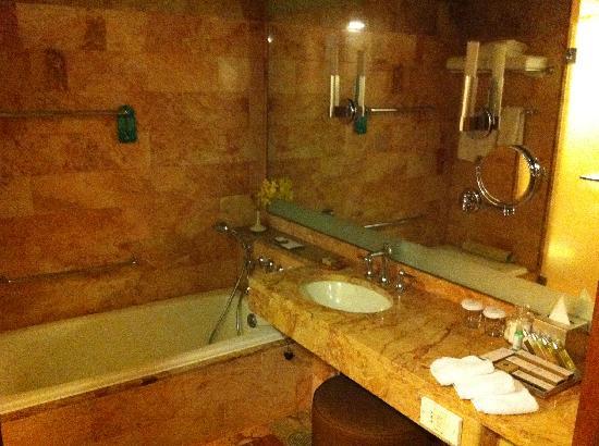 โรงแรมแพน แปซิฟิค สิงคโปร์: (Brown marble!) Bathroom in club room
