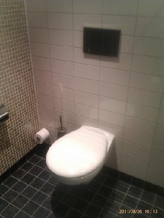 Courtyard Stockholm Kungsholmen : Toilet