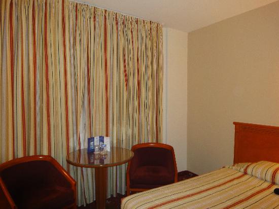 Dana Plaza Hotel: Habitación