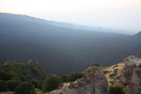 Etna Experience Excursions: einer der ganz großen krater 1000m tief