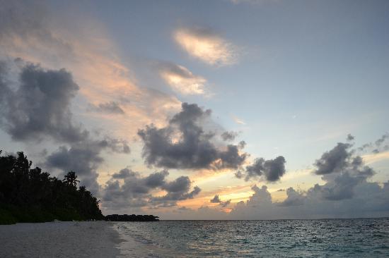 Fihalhohi Island Resort: Sunset