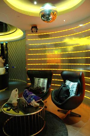 Wego Boutique Hotel: The lounge with colour changing walls
