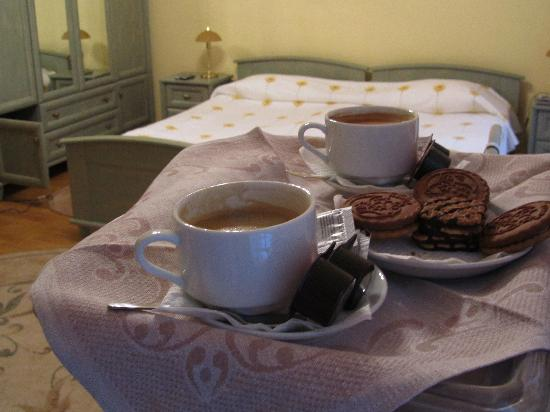 Sunflower B&B Hotel: coffee & biscuits on arrival