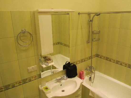 Sunflower B&B Hotel: bathroom...colour possibly not to everyone's taste... :-)