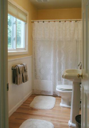 Hillside House: Yellow room-bathroom