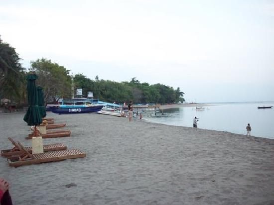เดอะเซนโตซ่า วิลล่าส์ แอนด์ รีสอร์ท: Senggigi Beach in the back of hotel
