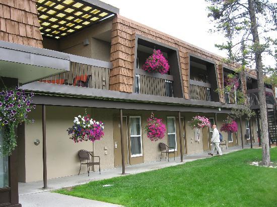 Tonquin Inn: Extérieur agréable et fleuri