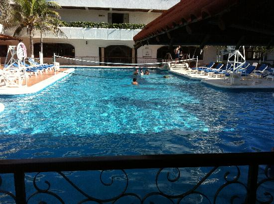 Flamingo Cancun Resort: Basic pool view but the pool bar is to the right
