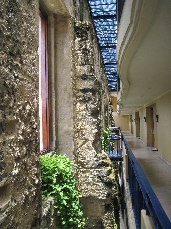 Sofitel Legend Santa Clara: Hallway to modern room