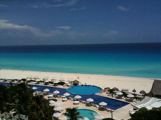 Live Aqua Beach Resort Cancun: View of pool/beach from terrace
