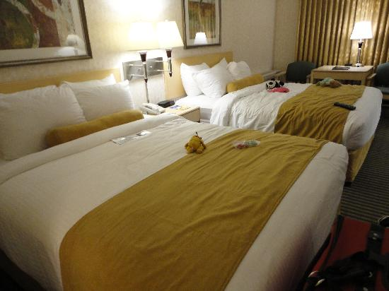 Best Western Seven Oaks Hotel: Our room with two queen beds.