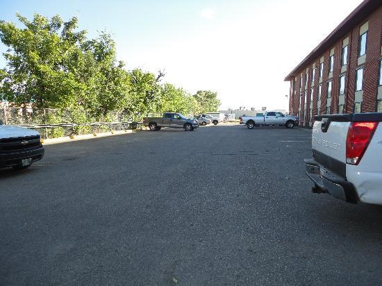 Best Western Seven Oaks Hotel: The empty back parking lot at 3:30pm.