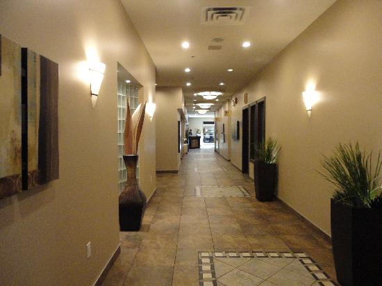 Best Western Seven Oaks Hotel: Modern hallways at the front of the hotel.