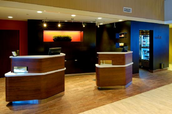 Courtyard by Marriott Springfield Airport: Front desk lobby area