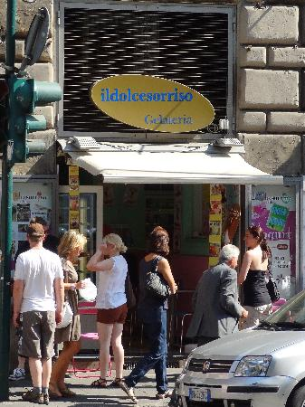 Gelateria Il Dolce Sorriso: Just a small shop but excellent gelato!