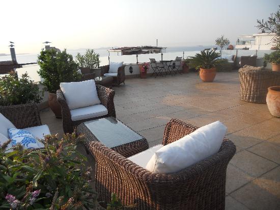 โรงแรมซารี โคนัค: Rooftop deck at breakfast