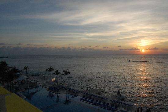 Cozumel Palace: Sunset from our balcony