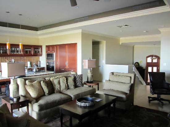 Ho'olei at Grand Wailea: Living Room / Kitchen