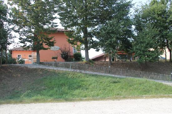 La Ferte Restaurant and Suites: View on the hotel from the parking lot