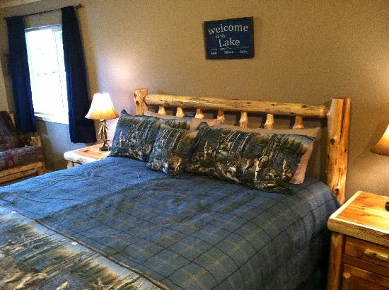 Summit Lake Lodge: king bed