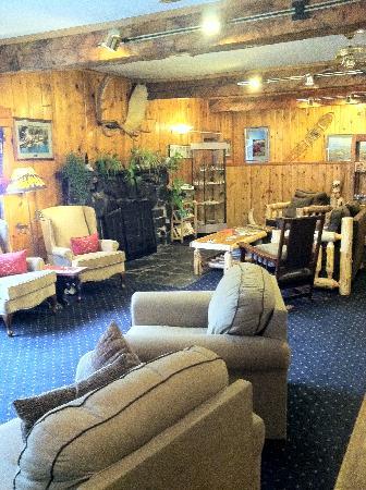 Summit Lake Lodge: fireplace area